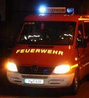 Feuerwehrwagen fährt auf einer dunklen Straße [(c) Ilka Hanenkamp-Ley]