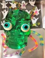Essen für die Party- ein Kopf aus grünem Wackelpudding