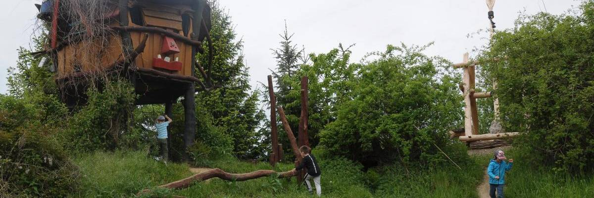 Kinder erobern das Zwergenland im Sottrumer Park.