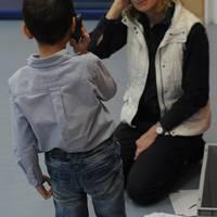 Ein Kind übt den Notruf abzusetzen.