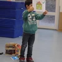 Die Kinder üben die Rettungskette mit Hilfe von Piktogrammen.