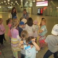 Kinder bei einer Führung im Flughafengebäude