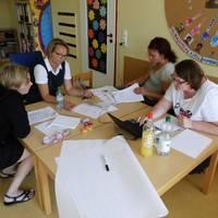 Die päd. Fachkräfte erarbeiten in Arbeitsgruppen Inhalte für die Konzeption.