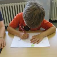 Ein Junge erarbeitet ein Arbeitsblatt