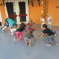 Kinder spielen ein Bewegungsspiel