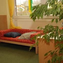 Puppenwohnung mit einem Bett in der Gelben Gruppe