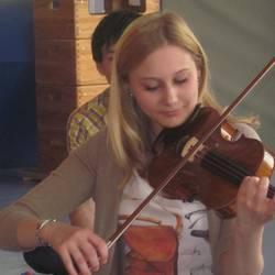 Kinder lernen die Geige kennen
