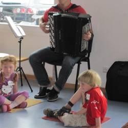 Kinder lernen das Akkordeon kennen