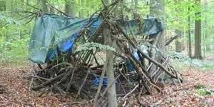 Die Hortkinder haben ein Waldtipi gebaut.