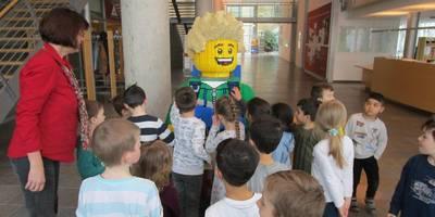 Am Eingang der Legoausstellung werden die Kinder von einer übergroßen Legofigur begrüßt.