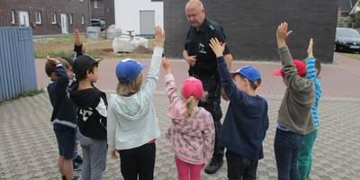 Unser Kontakbeamte bespricht die Verkehrsregeln mit den Kindern.