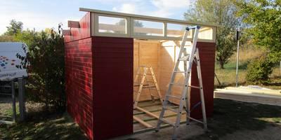 Es wird die Holzhütte für die Sandsachen aufgebaut.