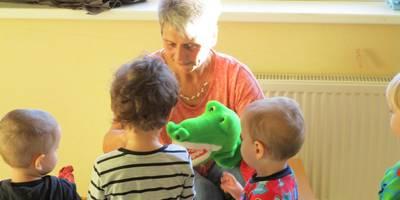 Kinder lernen wie man Zähne putzt.