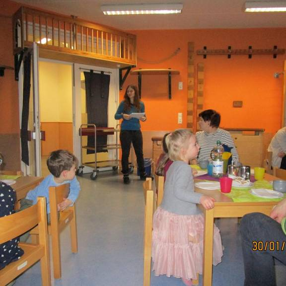 Frau Ulrich eröffnet das Portfoliokaffee