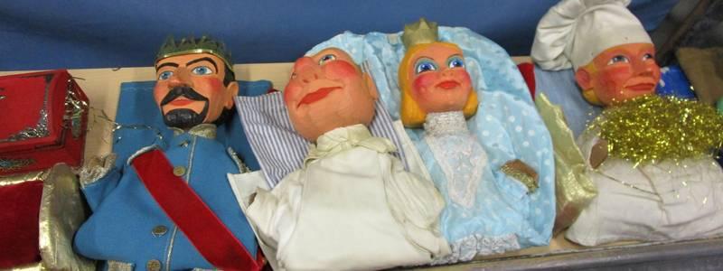 Puppen hinter der Bühne