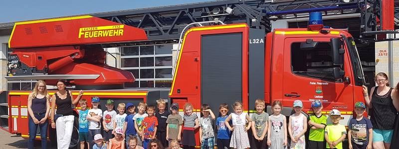 Die zukünftigen Schulkinder besuchen die Feuerwehr